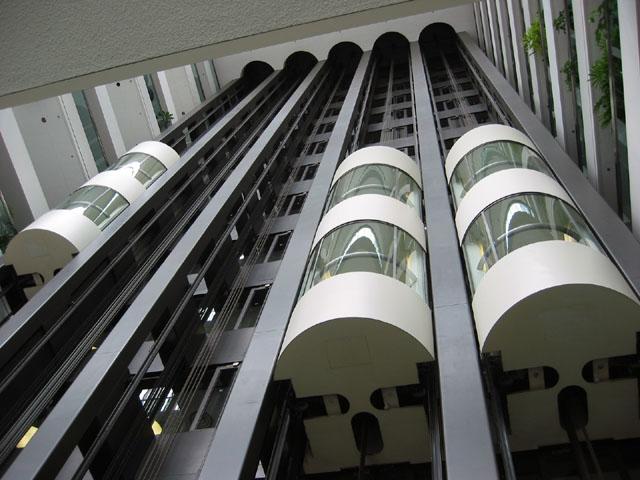 """240 Sparks Elevators"". Lizenziert unter CC BY-SA 3.0 über Wikimedia Commons - https://commons.wikimedia.org/wiki/File:240_Sparks_Elevators.jpg#/media/File:240_Sparks_Elevators.jpg"